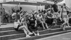 2729  Escena callejera (Ricard Gabarrús) Tags: callejeando blancoynegro gente paseo calle street ocio virado ricardgabarrus ricgaba olympus