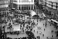 Dedicatoria al Compañero Alfonsoscg.- Calle Street (angelalonso57) Tags: space humans monochrome capturar lugar plaza esplendor capture chicote terraza cocinero