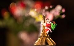 La Tournée du Père Noël (uluqui) Tags: canon 6d fullframe sigma 50mm christmas bokeh santaclaus magic happychristmas eiffel eiffeltower