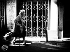 En course (davcsl) Tags: blackwhite bw biancoenero blackandwhitephotosonly callejerastrassenfotografie davcsl europe france fotografiadistradafotografía gard languedocroussillon monochrome monotones noiretblanc noiretblancblackwhite nb nimes nîmes occitanie old ombre people photoderue photographiederue southoffrance streetphotography street urban urbanstreet urbanfreeflow woman women courses chariot