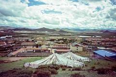 LongRang Village (hiphopmilk) Tags: copyright©jaredyehwooehmoehfilms konica offroad 現場監督 zoom 35mm 135film film analog analogue jaredyeh hiphopmilk kodak travel china sichuan aba hongyuan longrang tibetan town village house sky cloud overview lookout mountains river