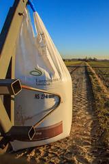 Mårten_Svensson_3U4A9547 (Bad-Duck) Tags: amazone jordbruk växtnäring vår fält lantmännenlantbruk maskiner mineralgödsel newholland slunga säck traktor vårbruk årstid åker