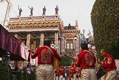 Seenade (Mau Silerio) Tags: sony alpha guanajuato messico mexic mexico mexique mariachi music player guitar theater serenade square town trip travel