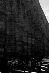 Panta rhei (Giangaleazzo) Tags: segovia spain spagna nikon coolpix city history ancienttown monument water stone ancient monochrome blackwhite biancoenero strada street people gente