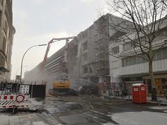 Abriss in der Passauer Straße (Berliner1963) Tags: deutschland germany berlin schöneberg abriss kadewe kadeweparkhaus parkhaus bagger excavator baustelle