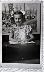 img693.jpgw (Steenvoorde Leen - 12.4 ml views) Tags: familie jan beugelsdijk lisse familiejanbeugelsdijklisse bollenstreek oldphoto oldpicture schoolfot meisje kid gril vlechten paardenstaart