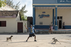 Showdown on the street, Gibara. (Gerald Lau) Tags: holguin cuba 2019 dogs people street showdown confrontation aggression nikon175528