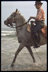 fotografando da cavallo (Alberto Cameroni) Tags: cyberviewxv51425 camargue 1976 spiaggia diapositiva pellicola analogica primefilm golfedebeauduc francia saintesmariesdelamer provenza costaazzurra cavallo gardian nikkormat kodak
