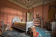 Abandoned Bedroom (Photography by Linda Lu) Tags: bedroom lostplacesbelgium lostplace urbex urban urbanexploring schlafzimmer decay discarded forgottenhome abandonedhome villasebastian