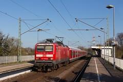 143 854 der S-Bahn Rhein-Ruhr mit einem Leerzug für den S1-Verstärker auf dem Weg nach Bochum in Dormtund-Oespel (fabian.kappel) Tags: db ellok trabbilok 143 143854 deutschebahn dortmund dortmundoespel sbahn sbahnrheinruhr s1 s1verstärker bahn bahnhof bahnsteig eisenbahn dr xwagen train locomotive loco lok zug personenzug nahverkehr vrr