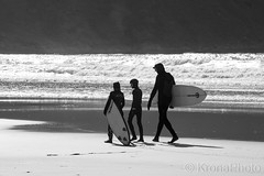 Surfers, Hoddevika, Stadlandet, Norway (KronaPhoto) Tags: 2018 natur vår waves bølger surf wet board beach beachlife strand vann family kids sport watersport wetday travel awesome nature bw bnw monochrome