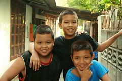 the pyramid boys (the foreign photographer - ฝรั่งถ่) Tags: three boys children pyramid khlong thanon portraits bangkhen bangkok thailand canon