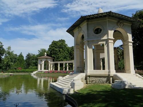Dans le jardin, le portique, villa Arnaga (1903-1906), Cambo-les-Bains, Labourd, Pays basque, Pyrénées Atlantiques, Aquitaine, France.