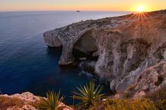 Blue Grotto (Gato M) Tags: mar mediterraneo solpor sunset sun light cave caverna sea malta puestadesol viaje nikon luz contraluz