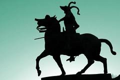 Pizarro (Trujillo) (alfonsocarlospalencia) Tags: pizarro trujillo estatua extremadura lucía contraluz conquistador azul boda plaza mayor silueta caballo espuela símbolo américa gorro pedestal palacios conventos iglesias turismo arte belleza amabilidad simpatía