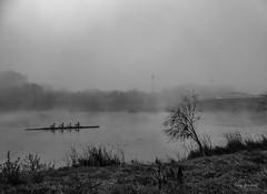 Deporte y niebla (tonygimenez) Tags: niebla agua rio cielo deporte remo piragua árbol hierva puente gente sony