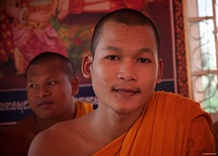 IMGP1341 Serenity (Claudio e Lucia Images around the world) Tags: wat preah prom rath siem reap cambodia cambogia buddhist buddha monks buddista temple tempio orange gold asia pagoda pentax pentaxkp pentaxart pentaxlens pentax18135 pentaxcamera praying portrait young monk youngmonk