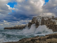 """Follow the storm as the storm begins to rise"" (VALERIA MORRONE ヴァレリア فاليريا) Tags: huawei p20 pro valeria morrone polignano mare onde grosso heavy sea mar gruesa marejada grosse mer coup de wave welle ola vague power energy tempesta rising storm wind"