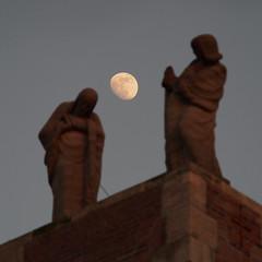Kopfball (guenther_haas) Tags: mond moon header kopfball statues neuulm olympus omd em5 mzuiko 40150mm mc14 stjohannbabtist kirche church abendrot