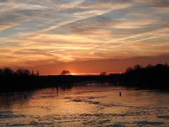 An der Weser (BrigitteE1) Tags: sunset bremen weserwehr riverweser river fence sky dramatic blue orange sonnenunterganganderweser weser deutschland germany white clouds contrails kondenzstreifen geotagged