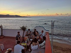 Sharing some good vibes with new friends you make along the way is the best way to end the day 🌅 - Join the family and book at www.hitidehouse.com 🌞🌴 - #hitide #house #hostel #beach #canarias #grancanaria #laspalmas #lascan (hitidehostel) Tags: ifttt instagram surf laspalmas grancanaria accommodation trip voyage travel sport action beach sun surfwyjazdy hitide discovery hostel 5starhostel