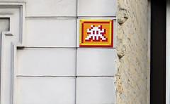 PA_1349 Space invader in Paris 14th (Sokleine) Tags: pa1349 street spaceinvader invader streetart artderue arturbain urbanart urban wall mur orange tiles paris 75014 france rectangles géométrie geometric shapes pierres lines lignes