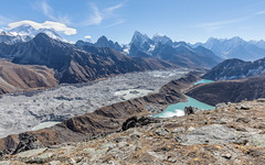 Goyko Ri (5.357m), Nepal (Laufey_gs) Tags: nepal goykolake goyko goykori everest everestbasecamp namchebazaar ngzumpaglacier sagarmathanationalpark landscape mountainside sky mountain water lake glacier