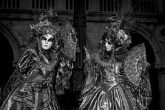 Carnevale in bianco e nero (R.o.b.e.r.t.o.) Tags: costumi venezia venice carnevale carneval carnival carnaval italia italy costume maschere people donne ladies dame women ritratto portrait 2019 mask palazzoducale bw blackandwhite biancoenero