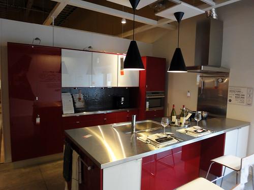 イケアでは珍しい原色カラー鏡面仕上げのキッチンと題した写真