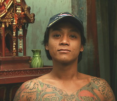 tattoos and  a spirit house (the foreign photographer - ฝรั่งถ่) Tags: tattooed man spirit house cap khlong thanon portraits bangkhen bangkok thailand canon