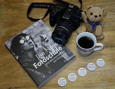 Lernen für gute Fotos (ingrid eulenfan) Tags: 2019 kaffeepause coffeebreak 365project kaffee coffee cup coffeepot tasse kamera camera teddy buch buttons 30mm sonyalpha6000 sonya77ii tamron1750mm sony