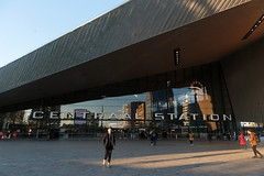 Centraal Station - Rotterdam (Netherlands) (Meteorry) Tags: europe nederland netherlands holland paysbas zuidholland rotterdamcentrum centre center centraalstation rtd facade façade entrance syboldvanravesteyn abebonnema people sunlight soleil afternoon aprèsmidi shadows ombres november 2018 meteorry
