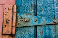 2019 - photo 049 of 365 - rusty hinge (old_hippy1948) Tags: hinge paint rust boards