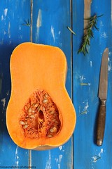 Contrasti (Giovanna-la cuoca eclettica) Tags: zucca butternut pumpkin orange colors stilllife contrasti verdura food healthy healthyfood healthylife