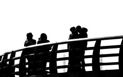 Siluetas en el mirador. (Ricardo Pallejá) Tags: nikon d500 urbana urban urbanexploration street silueta sombras shades tarragona travel turismo catalonia contraste calle contraluz