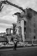 Alès Pres st jean-8768 (YadelAir) Tags: alès immeuble destruction pelleteuse débris démolition rue noiretblanc habitat hlm