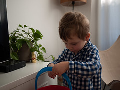 Pâques (Dahrth) Tags: lumixgf1 lumix20mm microquatretiers pâques easter boy kid garçon seau bucket