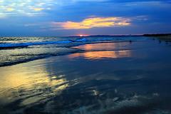 Tarde feiticeira (Zéza Lemos) Tags: portugal praia pordesol puestadelsol mar natureza natur nuvens núvens natural gaivotas vilamoura algarve água areia