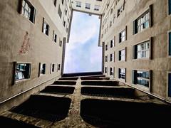 Lyon - La cour des Voraces à la Croix-Rousse et son escalier. (Gilles Daligand) Tags: lyon rhône croixrousse cour voraces escaliers traboule