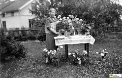 tm_6437 (Tidaholms Museum) Tags: svartvit positiv trädgård kvinna woman people flowers table furniture möbel bord blomvas uppvaktning celebration