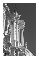 grand (ibarenogaray) Tags: siracusa sicilia duomo bw estatuas