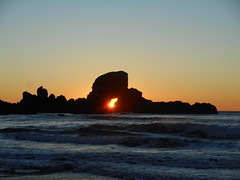 Sunset through the arch (Tide Fighter) Tags: ecola ecolapoint arch archedrock goonies cannonbeach crescentbeach indianbeach ecolastatepark pacificnorthwest sealionrocks oregon oregoncoast sunset