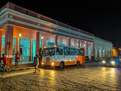 A Diana Bus making a stop in front of El Recreo. Vidal Park, Santa Clara, Cuba (lezumbalaberenjena) Tags: santa clara cuba villas villa lezumbalaberenjena 2019 noche night