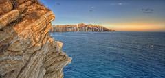 (062/19) Detrás de la roca ... / Behind the rock ... (Pablo Arias) Tags: pabloarias photoshop ps capturendx españa photomatix nubes cielo arquitectura mar agua mediterráneo roca rascacielos edificios benidorm alicante