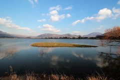 Island... (modestino68) Tags: isola island lago lake montagne mountains riflessi reflects nuvole clouds kingcrimson