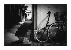 路地裏自転車 (gol-G) Tags: fujifilm xpro2 fujifilmxpro2 nokton 35mm f12 voigtlandernokton35mmf12aspherical digital bw japan kobe