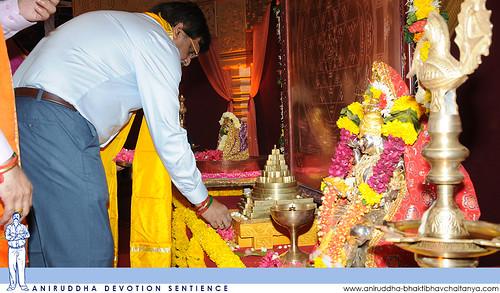 Sadguru Shree Aniruddha offering flowers to the 3-Dimensional Shree Yantra | सद्गुरु श्रीअनिरुद्धांच्या घरच्या देव्हार्ह्यातील त्रिमितीय श्रीयन्त्रास श्रीहरिगुरुग्राम येथे धनलक्ष्मी-श्रीयन्त्र-पूजन उत्सवात पुष्पे अर्पण करताना सद्गुरु श्रीअनिरुद्ध बापू