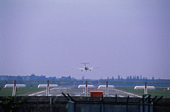 Südliche Landebahn Flughafen Tempelhof 1995 (rieblinga) Tags: berlin thf flughafen landebahn 27l südliche 1995 landung flugzeug analog revue ac5 dia 100 e6