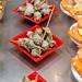 Die Stachelschnecke Cañailla aus dem Mittelmeer wird als spanischer Snack in der Markthalle Mercat de Sant Josep in Barcelona verkauft