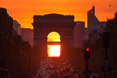 Axe solaire (Faouic) Tags: france îledefrance paris arcdetriomphe champselysée ladéfense soleil coucherdesoleil